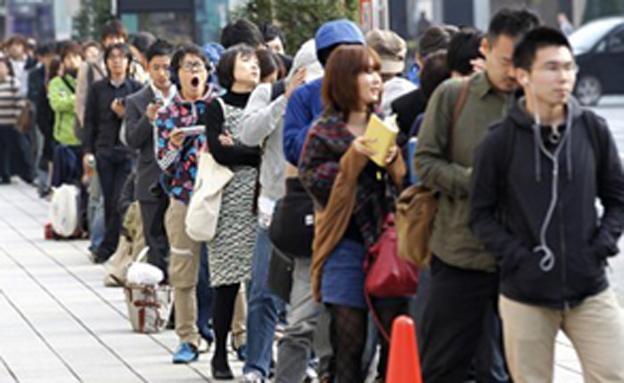 הדרך הארוכה לאייפון בטוקיו (צילום: רויטרס)