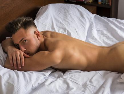 בחור במיטה (צילום: Shutterstock)