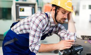 עובד ישן במפעל (אילוסטרציה: nd3000, Shutterstock)