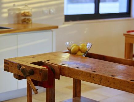 06_שולחן נגרים שהיה במחסן שולב כאי במטבח (צילום: יחסי ציבור)