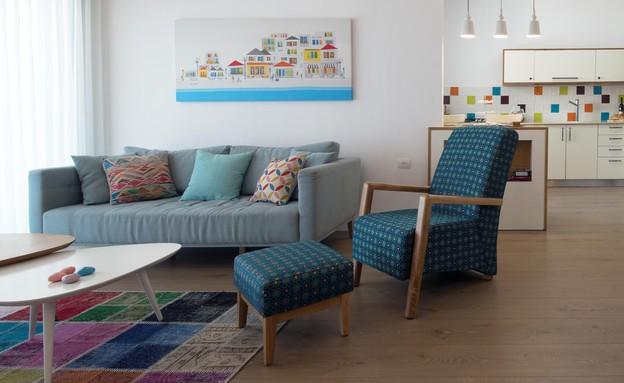 10_הספה נשארה ולצדה כורסה חדשה עם הדום תואם (צילום: יחסי ציבור)