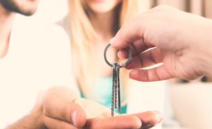 מקבלים מפתח לדירה (צילום: Africa Studio, Shutterstock)