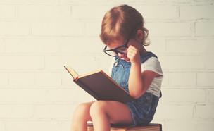ילדה קוראת ספר (צילום: Evgeny Atamanenko, Shutterstock)