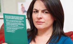 אישה בהריון קוראת ספר  (צילום: SpeedKingz, Shutterstock)