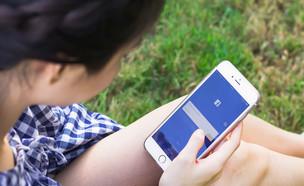 אישה משתמשת בפייסבוק (צילום: ShutterStock)