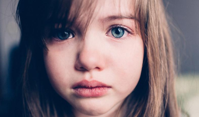 ילדה עצובה (צילום: Shutterstock)