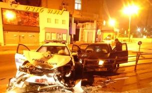הניידת שנפגעה לצד הרכב הנמלט (צילום: דוברות המשטרה)