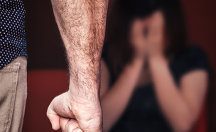 גבר מכה אישה (צילום: ShutterStock)