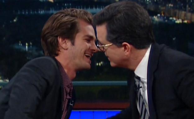 אנדרו גארפילד מתנשק עם המנחה (צילום: מתוך יוטיוב)