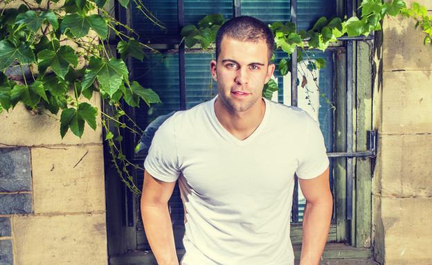 אופנת גברים חולצת וי V (צילום: Alexander Image, Shutterstock)
