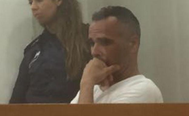 המורה החשוד בבית המשפט, אתמול (צילום: חדשות 2)