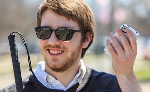 עיוור שהאייפון שלו מתאר לו מה נמצא סביבו (צילום: מיקרוסופט)
