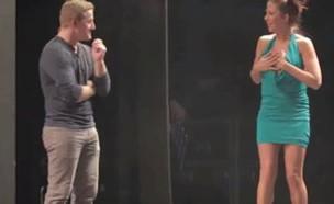 הקוסם שהפשיט מתנדבת מהקהל (תמונת AVI: יוטיוב )