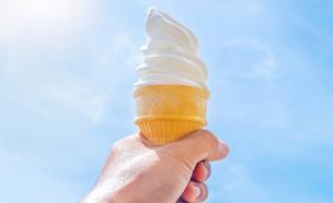 גלידה אמריקאית בגביע (צילום: Nodty, Shutterstock)