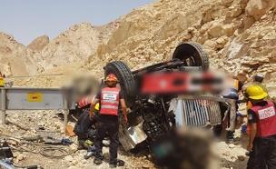 התהפכות המשאית ליד עובדה (צילום: כבאות והצלה)