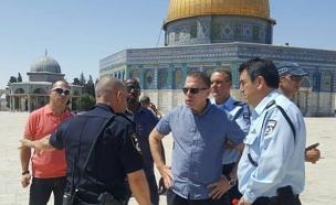 השר ארדן מסייר בהר הבית לאחר הפיגוע