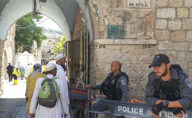 המתפללים ממתינים לאישור להיכנס (צילום: חדשות 2)