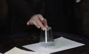 איך מעלימים טבעת שנמצאת מתחת לכוס? (צילום: רועי קריאף, סילי סצ'אפרגה, קשת)