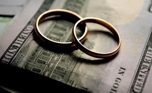 טבעות נישואים על שטרות כסף (אילוסטרציה: Vika Zhuyko, Shutterstock)