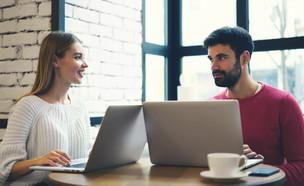 גבר ואישה עובדים על המחשב (צילום: GaudiLab, Shutterstock)