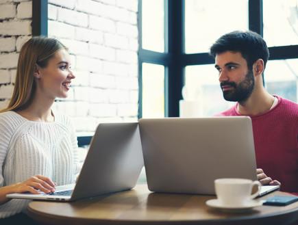 גבר ואישה עובדים על המחשב