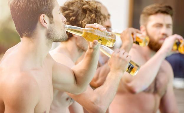 גברים שותים בירה (צילום: Dean Drobot, Shutterstock)