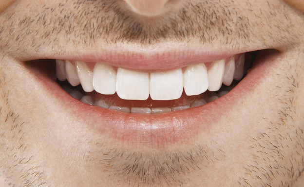 גבר מחייך (צילום: sirtravelalot, Shutterstock)
