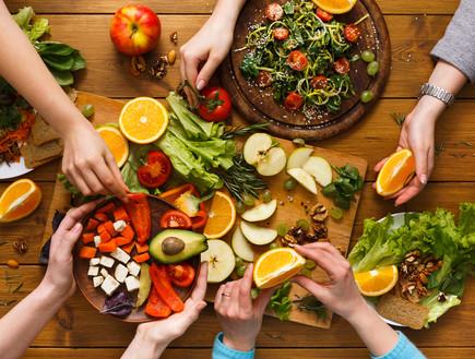 שולחן טבעוני עם המון ירקות