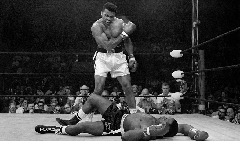 מוחמד עלי בקרב נגד סוני ליסטון 1965 (צילום: ap)