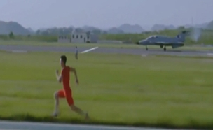 צפו: האצן מול מטוס הקרב