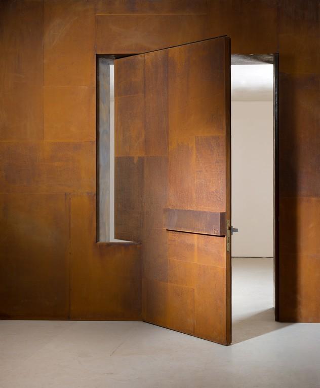 אדם סטיל-בעודו לוהט -דלת כניסה מפלדת קורטן, אדריכלות אילן פיבקו, ת