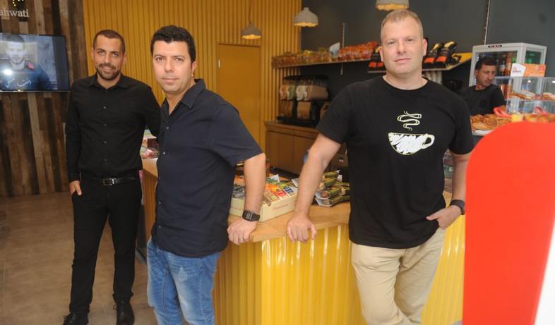 שלושה מארבעת בעלי קהוותי: חן וייסמן, שי פניני ו–ווטאן אל־קאסם (צילום: רמי שלוש, TheMarker)