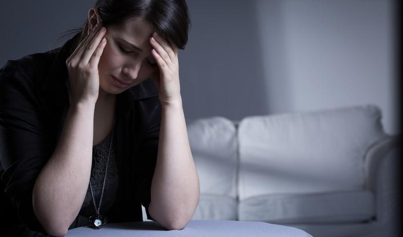 אלמנה בוכה לאחר מות בעלה (אילוסטרציה: Photographee.eu, Shutterstock)
