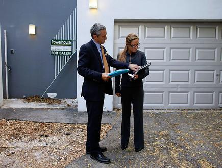 שני מתווכים בודקים בית למכירה במיאמי