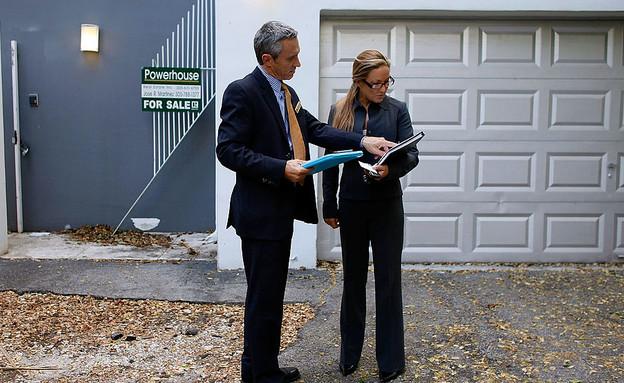שני מתווכים בודקים בית למכירה במיאמי (צילום: Joe Raedle, GettyImages IL)