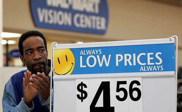 עובד של וולמארט בחנות בשיקגו (צילום: Tim Boyle, GettyImages IL)