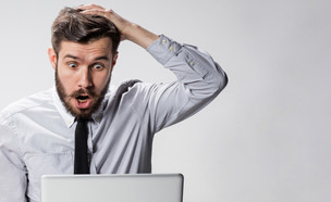 איש מופתע מול מחשב (צילום: Master1305, shutterstock)