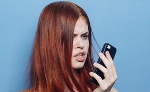 אישה עצבנית בטלפון (צילום: ViChizh, Shutterstock)
