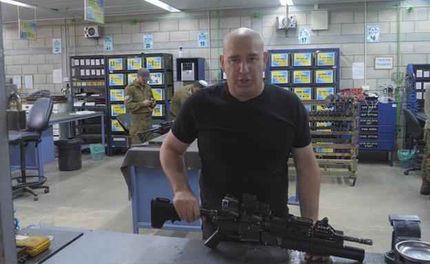 קבלת נשק. מחייל ללוחם (צילום: חדשות 2)