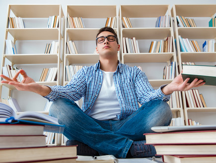 סטודנט לומד נרגע לפני מבחן עושה מדיטציה