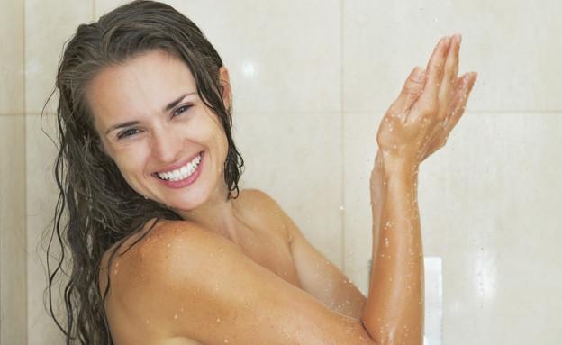 אישה במקלחת (צילום: אימג'בנק / Thinkstock)