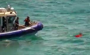 """חילוץ אדם שרצה להתאבד בטביעה (צילום: דוברות בי""""ח רמב""""ם)"""