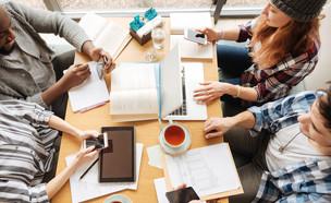 סטודנטים לומדים ליד שולחן (אילוסטרציה: Dmytro Zinkevych, Shutterstock)