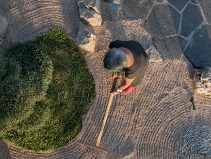 אילן דרור- גריפת החצץ בגינה הזנית היא חווייה מדיטטיבית