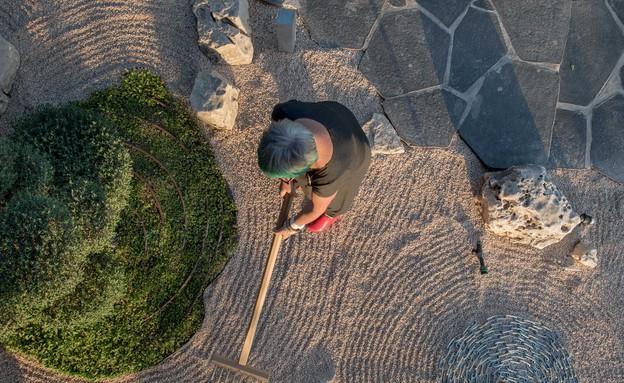אילן דרור- גריפת החצץ בגינה הזנית היא חווייה מדיטטיבית (צילום: גלעד רדט)