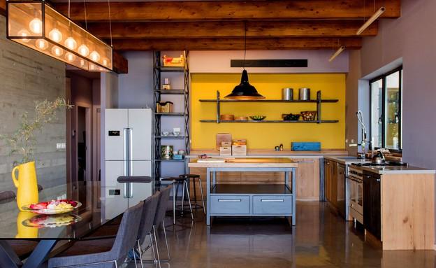 אילן דרור -המטבח והסלון הם עיקר הבית. הדיירים ביקשו חלל גמיש שיאפש (צילום: גלעד רדט)