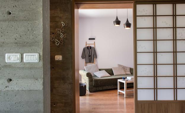אילן דרור - חדר הסבה שמשמש את האורחים והנכדים. רצפת במבוק ודלת הזז (צילום: גלעד רדט)