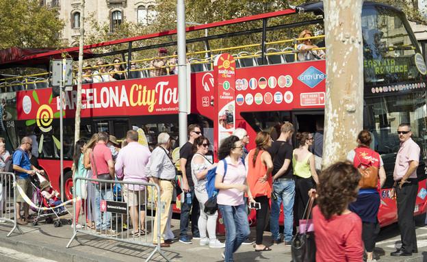 אוטובוס תיירים בברצלונה (צילום: Lobro, Shutterstock)