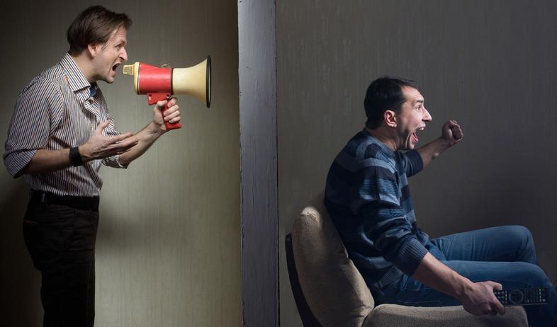שכן צועק במגפון (צילום: Valery Sidelnykov, Shutterstock)