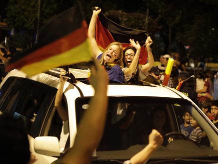 אוהדים גרמנים חוגגים בברזיל (צילום: רויטרס)
